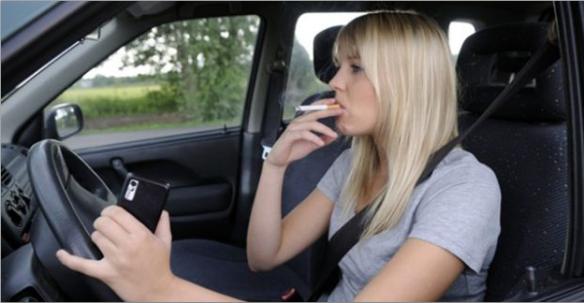 Coger una botella, abrir una bolsa de patatas, comerte un sándwich o encenderte un cigarro son acciones que deberían realizarse mejor con el vehículo parado. www.ellahoy.es