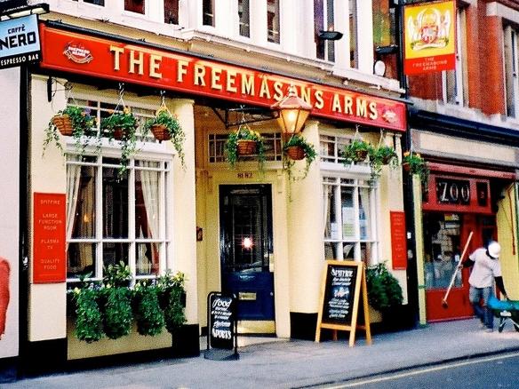 Un incendio obligó a trasladar la Freemason's Tavern desde su ubicación original en la Great Queen Street. Actualmente está situada en la calle de Long Acre, apenas a un centenar de metros de distancia. Próxima a la parada de metro de Covent Garden es parada obligatoria dentro de cualquier tour por el Londres más futbolístico.