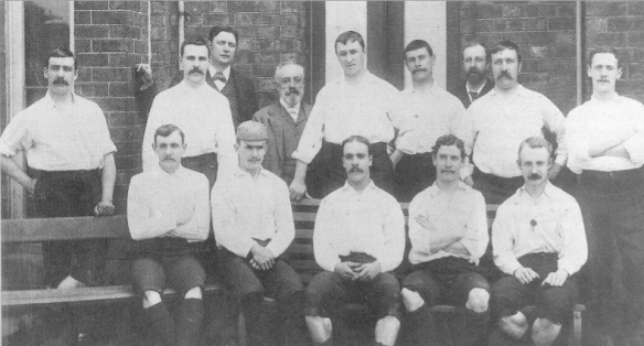 """Once que ganó el título de la F.A. Cup ante el Wolverhampton Wandereres. Detrás: Drummond, Howarth, Russell, Holmes, Graham, Mills-Roberts. Delante: Gordon, Ross, Goodall, Dewhurst, Thomson. """"Loud and proud: Preston North End"""" de Ian Rigby y Mike Payne."""