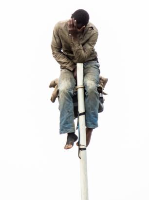 Inmigrante que estuvo cuatro horas subido en la farola esperando para saltar la valla. Firmado: José Palazón